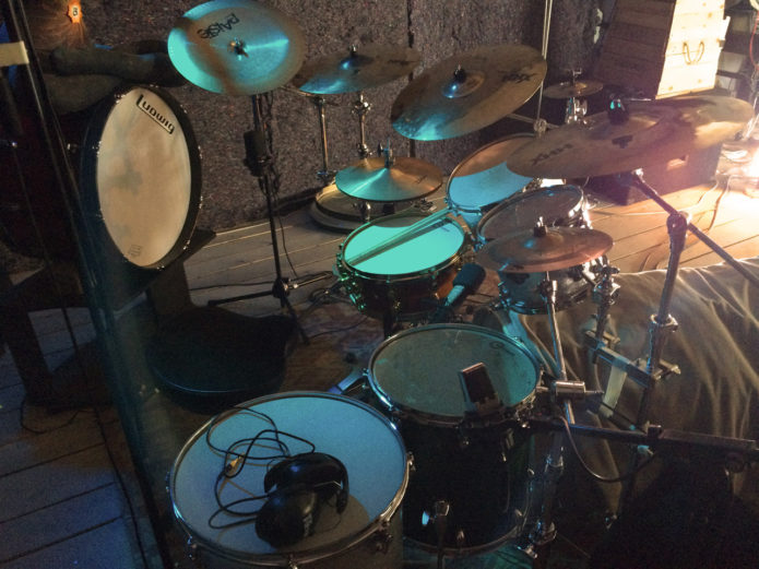 Here one can see the close mics on the kit incl. the sE RNR1 used to record the kick, snare and two rack toms.